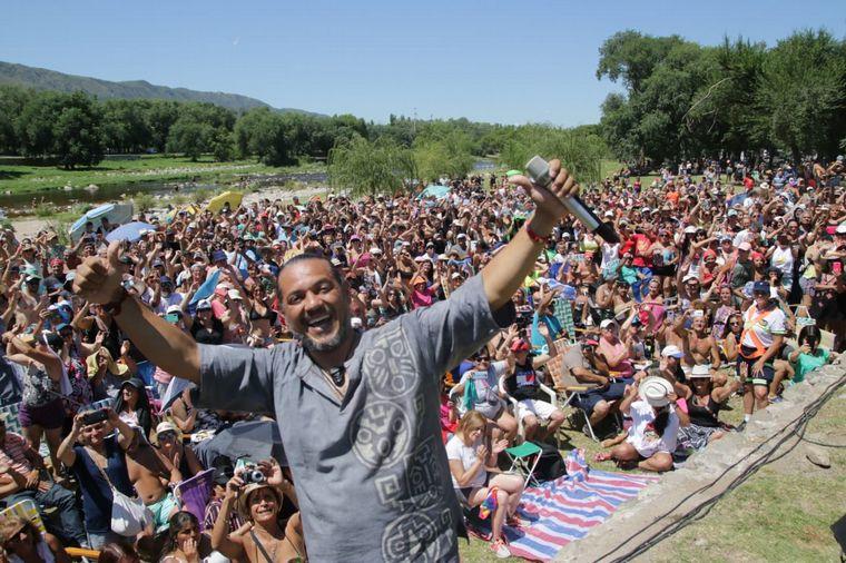 FOTO: El Indio Lucio Rojas en la Peña del Río Cosquín.