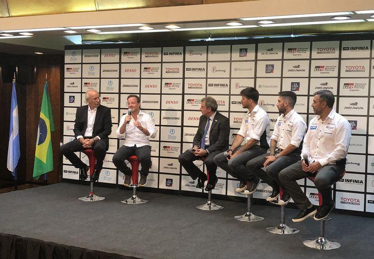 FOTO: La emoción de Barrichello junto a quienes serán sus nuevos compañeros en STC2000
