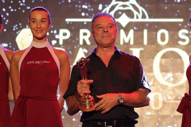 FOTO: Abelardo Fonseca le entregó el premio a Pedro Alfonso.