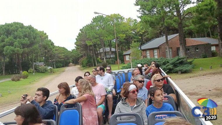 FOTO: City tour gratuito por Pinamar en un colectivo descapotable