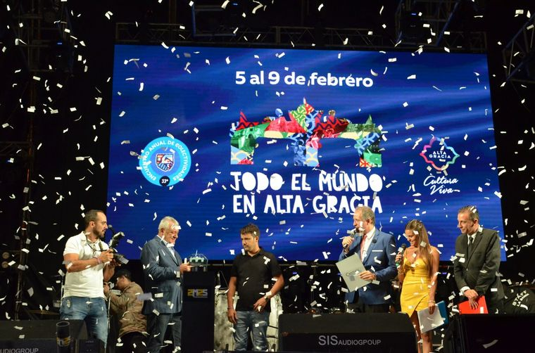 FOTO: Presentación de soberanas en el escenario de las Colectividades de Alta Gracia