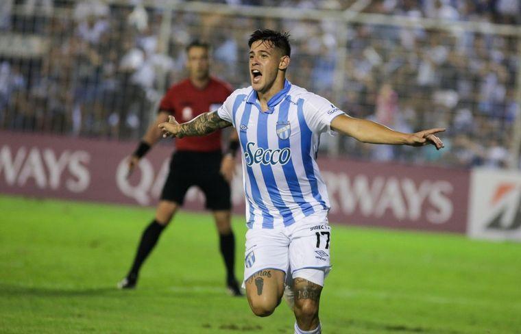 FOTO: Los jugadores del conjunto tucumano celebran la clasificación.