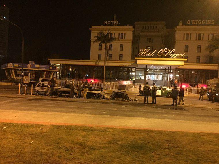FOTO: Cenizas de autos quemados frente al Hotel O'Higgins tras las manifestaciones en Viña.