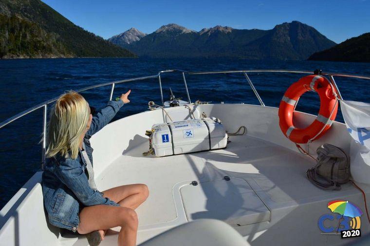 FOTO: Marcela Psonkevich navega por el Nahuel Huapi,