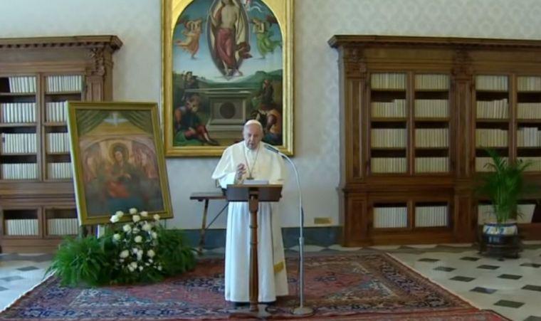 FOTO: El Papa se dirigió al mundo desde la Biblioteca Apostólica (foto:REUTERS)