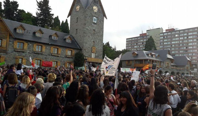 FOTO: 9M: Miles de mujeres se concentraron en el Centro Cívico de Bariloche.