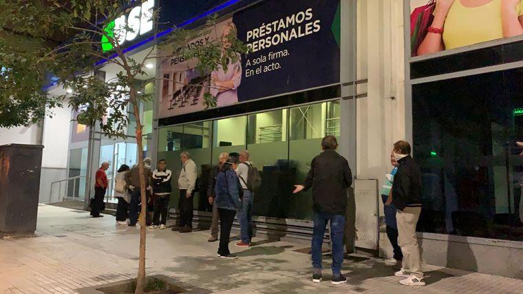 FOTO: Largas colas de jubilados en bancos de Córdoba.