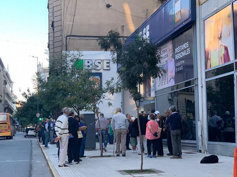 AUDIO: Largas colas de jubilados en bancos de Córdoba (Por Juan Pablo Viola).