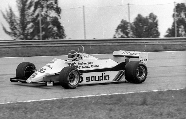 FOTO: Reutemann deja su casco en el pontón del Williams, el final.