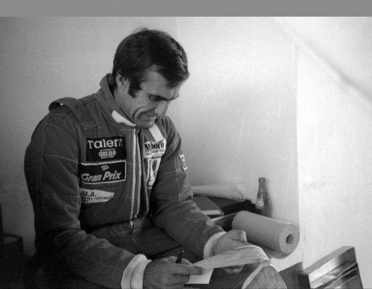 FOTO: Reutemann sonriente dialoga con Nelson Piquet en Jacarepagué (Brasil).
