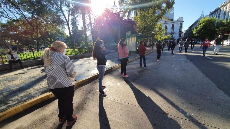 FOTO: Nutrido movimiento en la city de Córdoba por el cobro de jubilados.