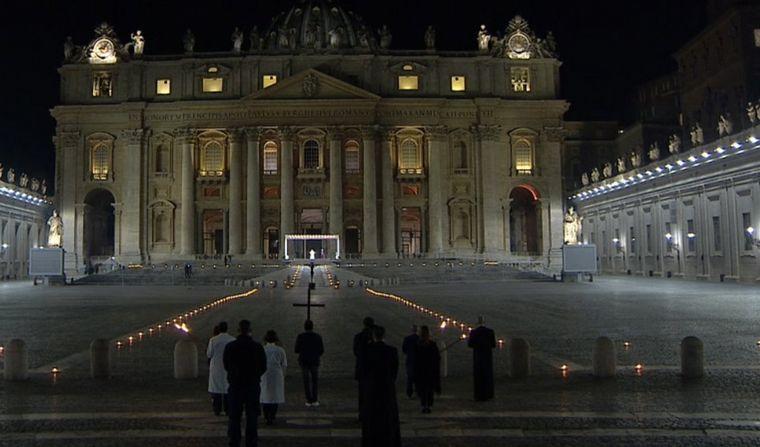 FOTO: El Papa celebró el Vía Crucis en soledad por el coronavirus.