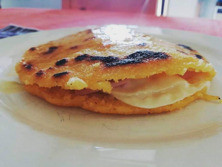 FOTO: Arepa rellena, uno de los platos típicos de la cocina colombiana.
