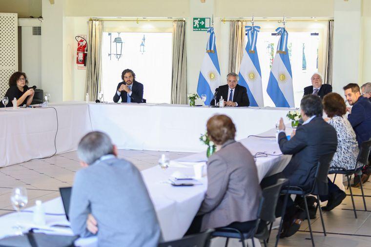 FOTO: El jefe de Estado escuchó a los epidemiólogos en Olivos.