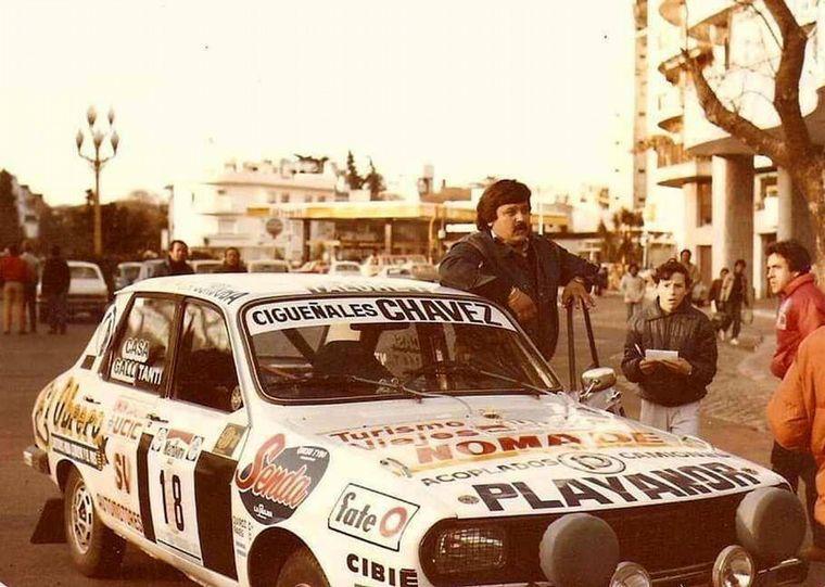 FOTO: Raies con su camioneta Toyota con que debía recorrer la ruta del Rally.