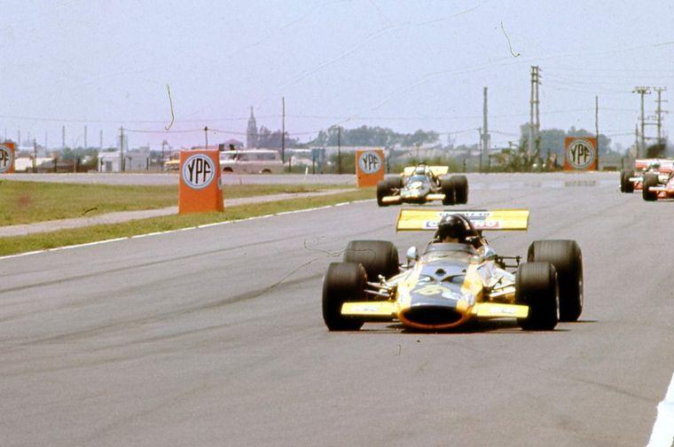 """FOTO: """"Power slide"""" en la horquilla de B.A. con el Porsche 917,"""