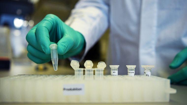 """AUDIO: La vacuna contra el coronavirus estaría disponible """"en tiempo récord""""."""