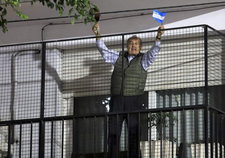 FOTO: Las protestas se realzaron desde las casas y los balcones.