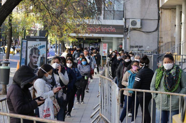 FOTO: Largas colas para cobrar el IFE en el Correo de Córdoba.