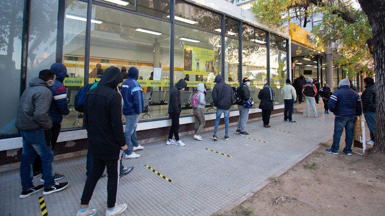 AUDIO: Fila de 13 cuadras en Salta para cobrar los 10 mil pesos