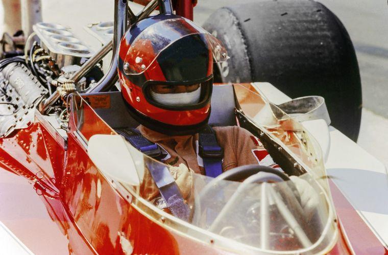 FOTO: Villeneuve y su inconfundible Ferrari, al límite siempre.