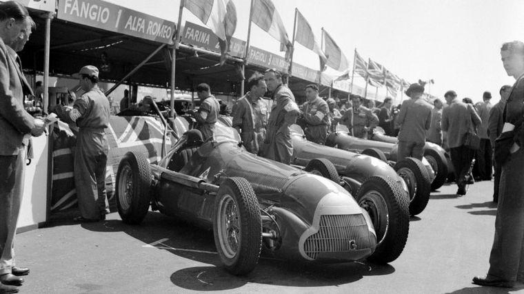 FOTO: Fangio -el N°1-, Fagioli y Farina con las Alfettas largando en Silverstone 1950