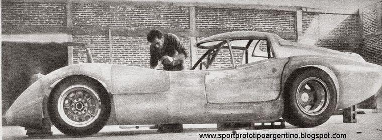 FOTO: Diciembre 1968/Pronello da los primeros pasos en fibra de vidrio del Huayra Ford.