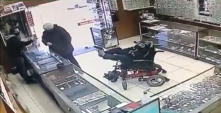 Un hombre manco intenta asaltar joyería sosteniendo su arma con los pies