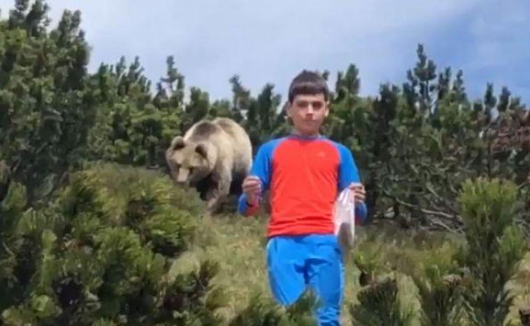 La increíble reacción de un nene perseguido por un enorme oso pardo