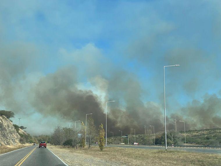 FOTO: El incendio se propagó hacia Carlos Paz.