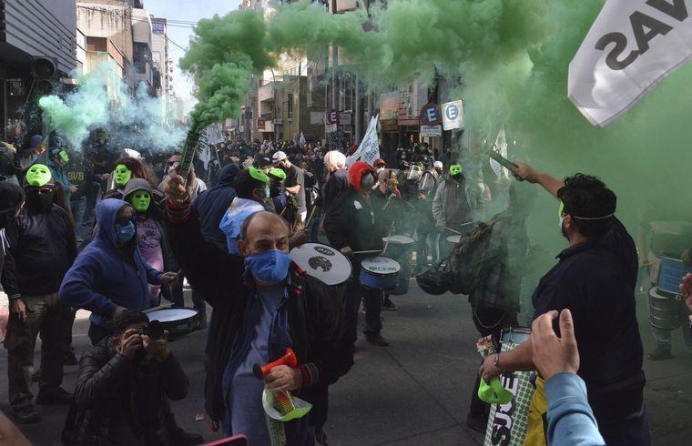 AUDIO: Empleados municipales protestaron por recorte salarial (Por Celeste Benecchi)