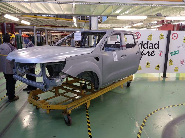 FOTO: El gobernador Juan Schiaretti recorrió la planta de Renault.