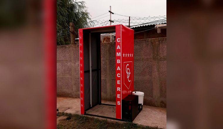 AUDIO: Cambaceres, un adelantado: instaló una cabina desinfectante en su estadio.