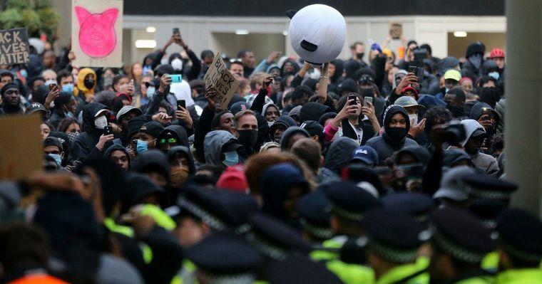 Disturbios, vandalismo, gases y corridas en protestas contra el racismo — Reino Unido