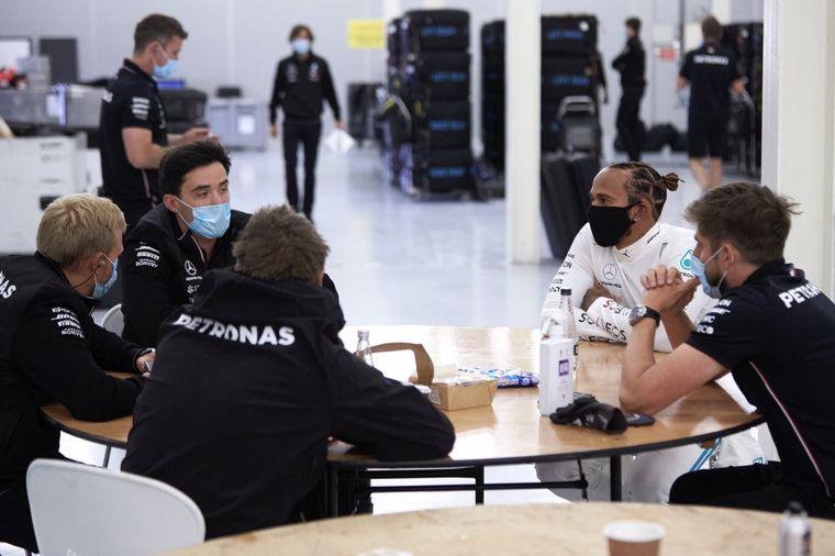 FOTO: Bottas con tapaboca, como lo exige el nuevo protocolo de F1