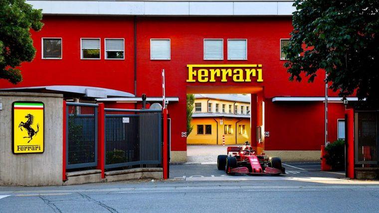 FOTO: Hoy, a las 7 a.m. Charles Leclerc salió a la puerta de Ferrari con su SF1000