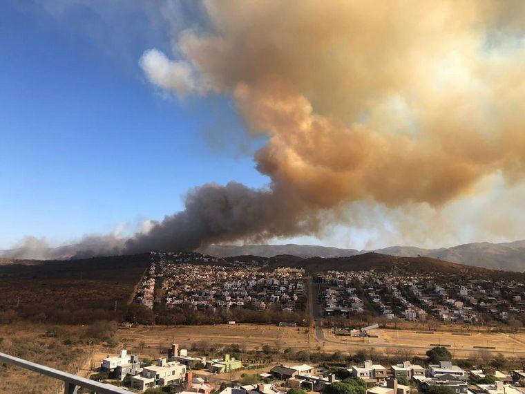 FOTO: Tensión en La Calera por un incendio forestal de proporciones.