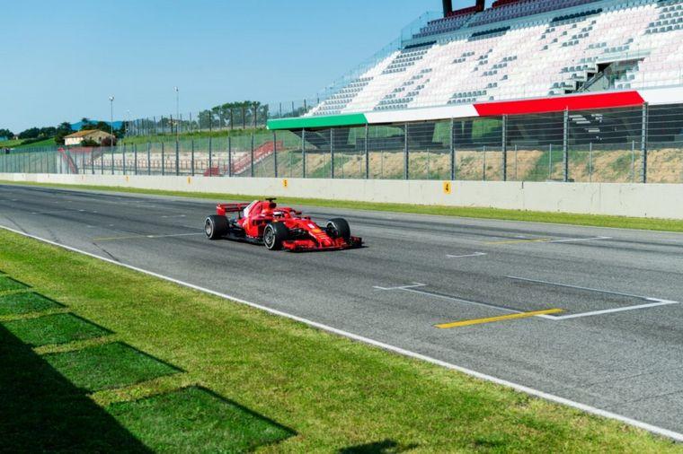 FOTO: Respetando y acomodándose a las medidas por Covid-19, la Ferrari sale a pista