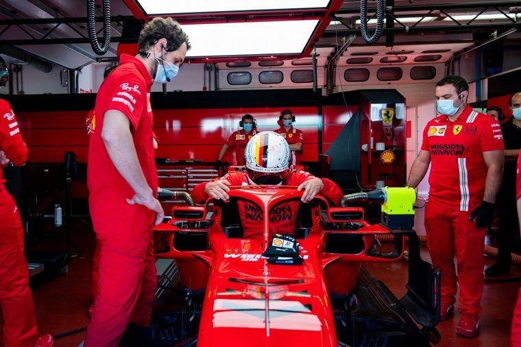 FOTO: El alemán dialoga con su compañero Leclerc antes de subir a la SF71-H