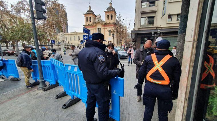 FOTO: Estrictos controles con vallados en el micro centro de Córdoba.