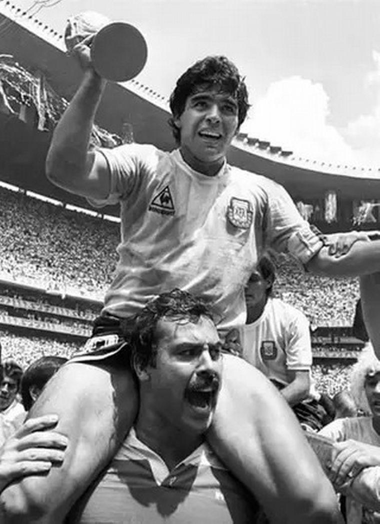 FOTO: Un hincha santafesino llevó a Maradona en andas tras el título en el 86.