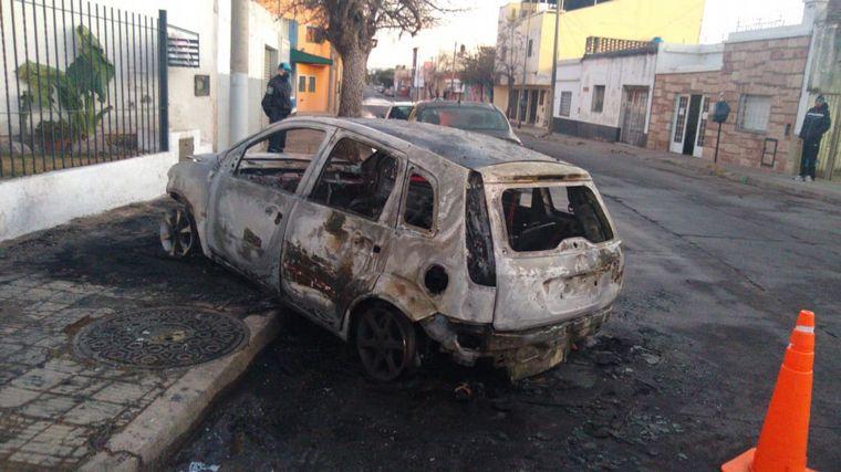 AUDIO: Un auto chocó y se incendió en Córdoba: no hubo heridos de milagro