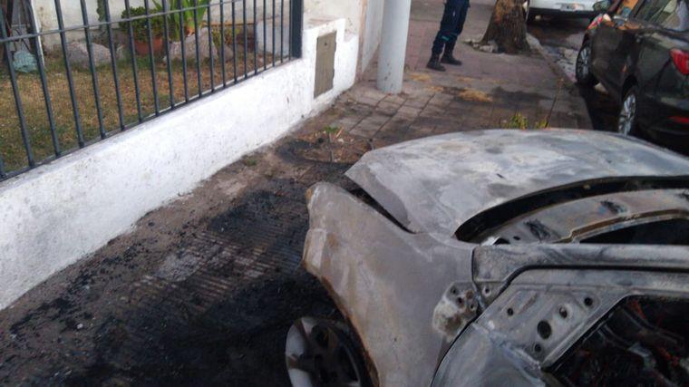 FOTO: Se incendió un auto tras un choque en Córdoba.