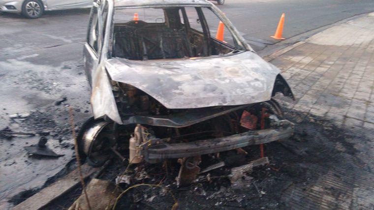 FOTO: Un auto chocó y se incendió en Córdoba.