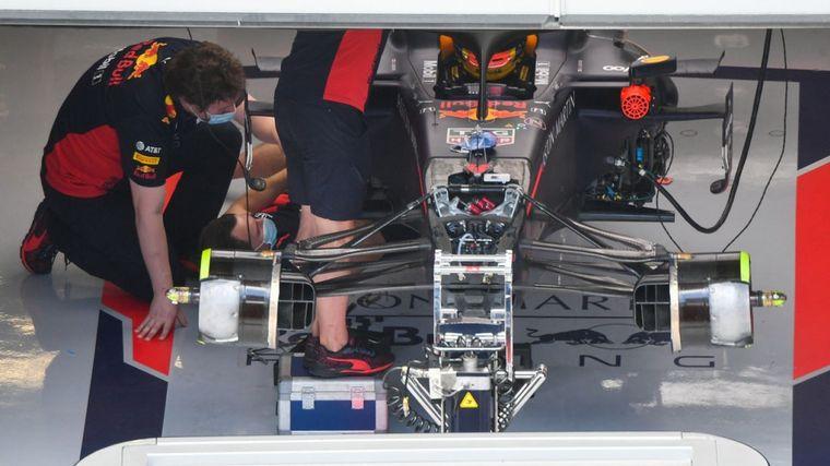 FOTO: La trayectoria ideal va sobre los reductores de velocidad de los bordes de la pista