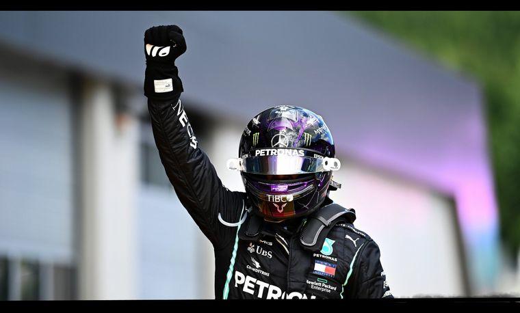 FOTO: Hamilton celebra su 85° victoria de F1 en el podio del GP de Estiria