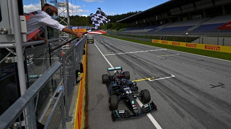FOTO: Los mecánicos guardan la SF1000 de Vettel en el box