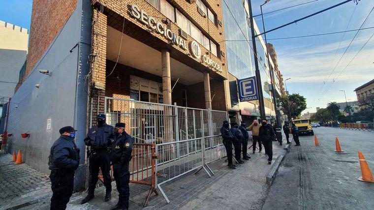 FOTO: Intenso cordón policial en las inmediaciones de la sede de la UTA Córdoba.