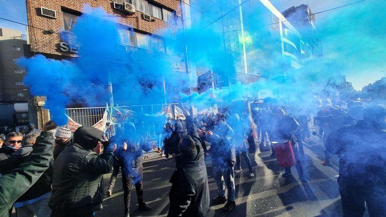 FOTO: Ruidosa asamblea de choferes frente a la sede de UTA en Córdoba.
