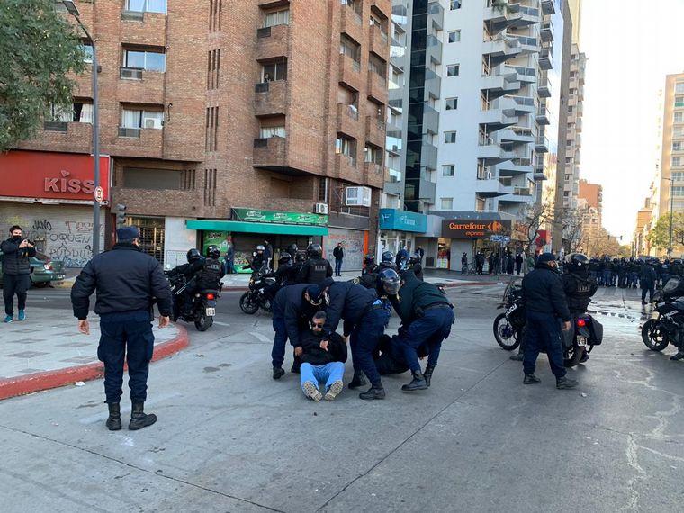 FOTO: Distubios en la protesta de choferes de UTA frente a la Municipalidad de Córdoba
